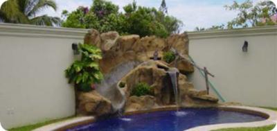 Cascada piedra piscina